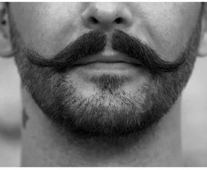 Moustache longue par la Barbière de Paris