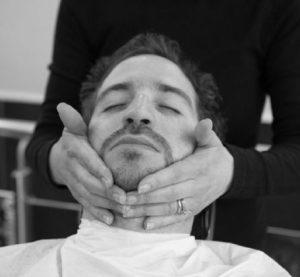 Tailler sa barbe et appliquer de l'huile nourissante