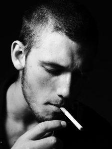Évitez le tabac pour faire pousser la barbe plus rapidement