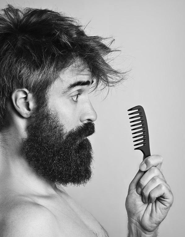 huile-a-barbe-application-peigne